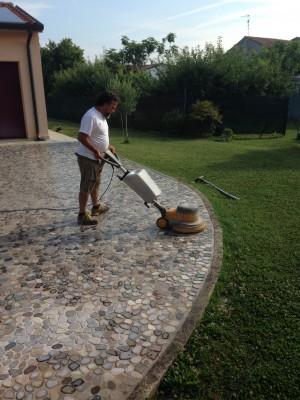 Lavaggio ciottoli del Piave con monospazzola a bassi giri
