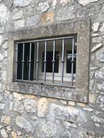 Cornice in pietra di Vicenza ammalorata da microorganismi