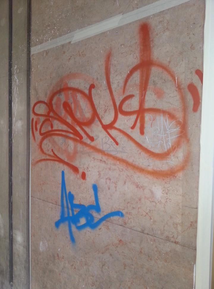 Rimozione graffiti da marmo - PRIMA