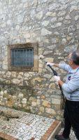 Pulizia iniziale cornice pietra di Vicenza